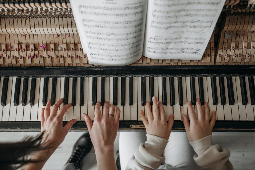 Musicoterapia, piano para niños
